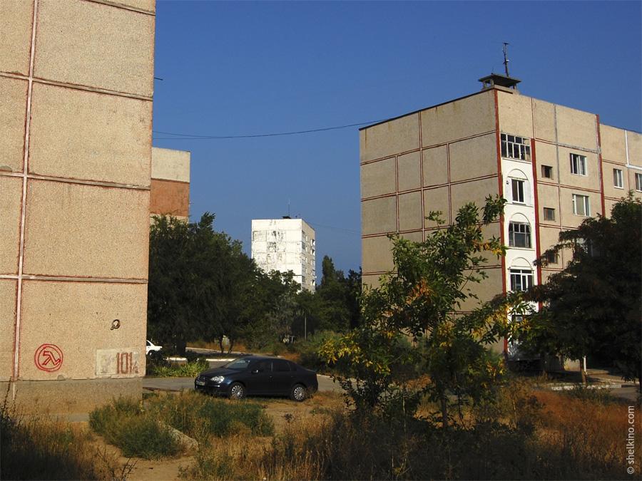 Щелкино. Слева - угол дома 101/2, посередине вдали дом 103, справа 101/1. Вид с востока, со стороны дома 99