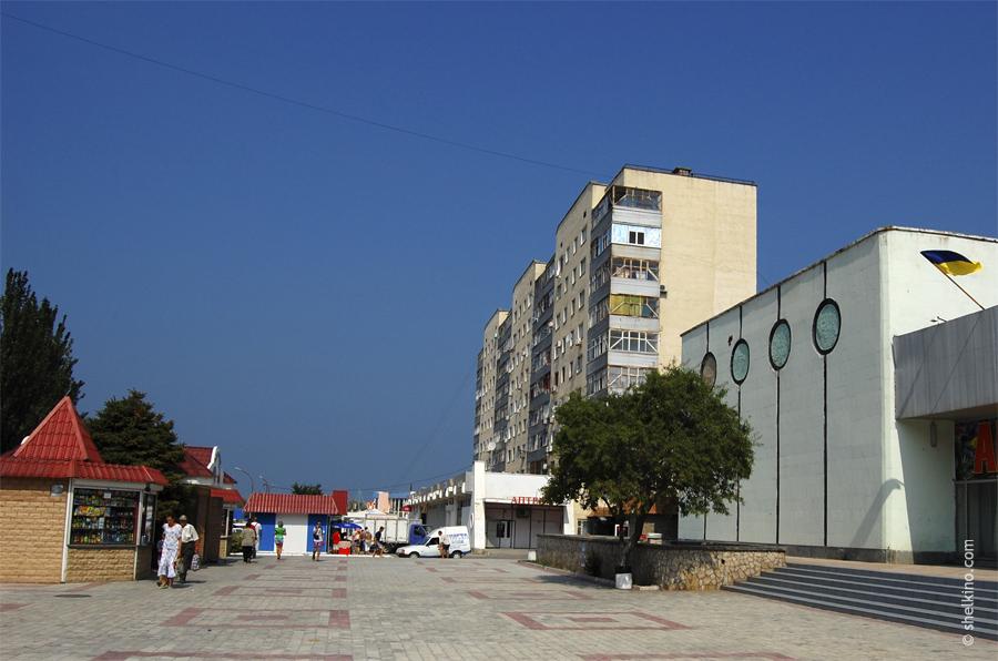 Щелкино, дом 19. Вид с южной стороны, с центральной улицы. Слева видна часть ДК Арабат.