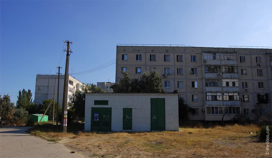 Щелкино, дом 21. Слева - часть дома 30, справа дом 21. Вид с юга, со стороны дома 19, автостанции.