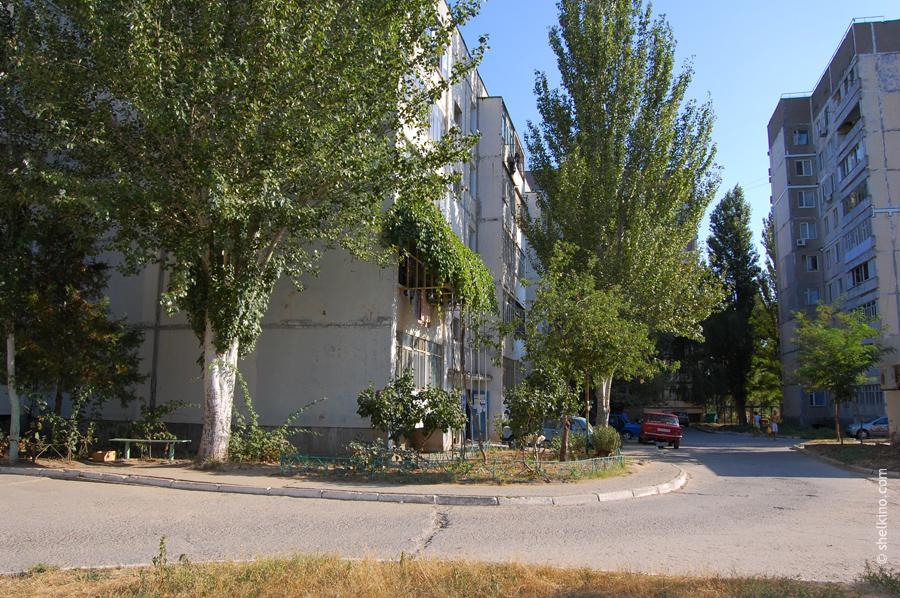 Щелкино, двор между домами (слева направо) 32, 34, 36. Вид с юга, со стороны детского сада.
