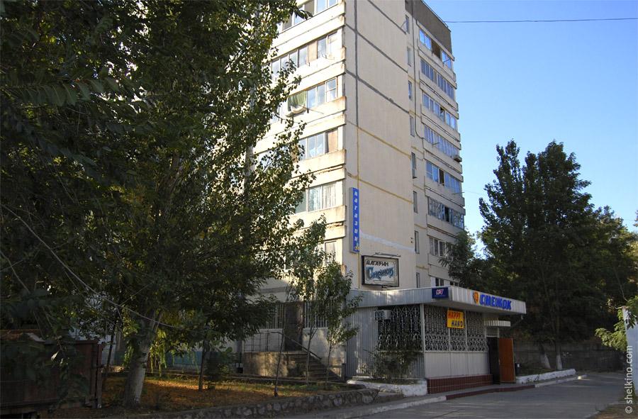 Щелкино, дом 41. Вид с севера, с центральной улицы, со стороны ДК Арабат и дома 45.