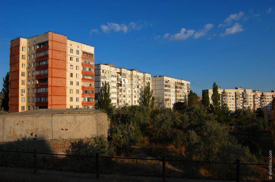 Щелкино. Вид с юга, с холма, находящегося около дома 48а. Слева направо дома 43, 42а, 42б, 59.