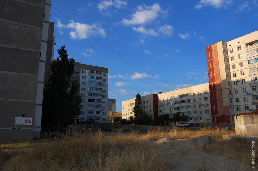 Щелкино. Вид с севера, со стороны городской администрации. Внутренний двор. Слева направо видны дома 48а, 48в, 44а (двухкорпусная пятиэтажка), 44 (9-этажная свечка).