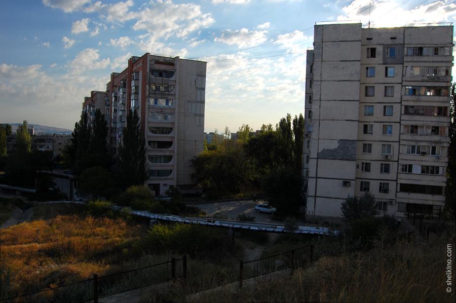 Щелкино. Дома (слева направо) 59, 47. Вид с запада, со стороны дома 43.