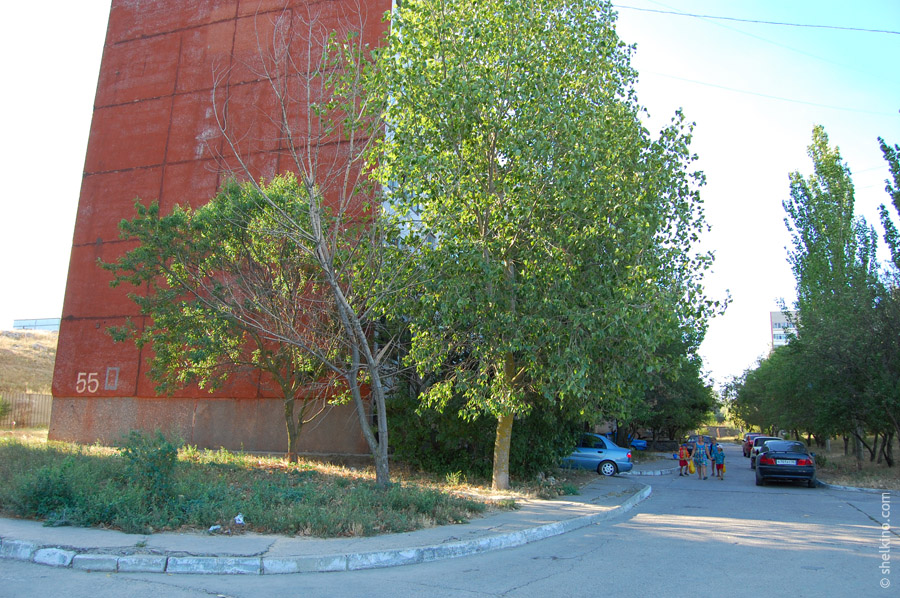 Щелкино. Двор дома 55. Вид с севера, со стороны дома 52.