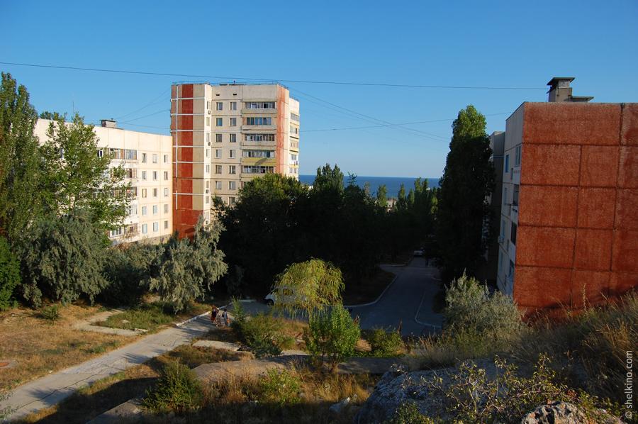 Щелкино. Слева направо дома: 57 (5 этажей), 53 (9 этажей), 55 (5 этажей). Вид с юга, со стороны дома 57а.
