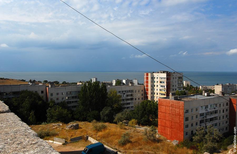 Щелкино. Вид в крыши недостроенного корпуса, рядом с домов 57б. Слева направо дома (передний план) 57, 53, 55.