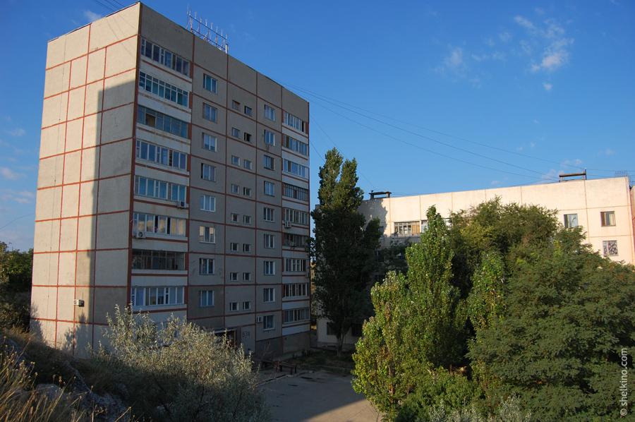 Щелкино. Дома 57а (9 этажей, слева) и 57 (5 этажей, справа). Вид с востока, со стороны домов 55 и 57б.