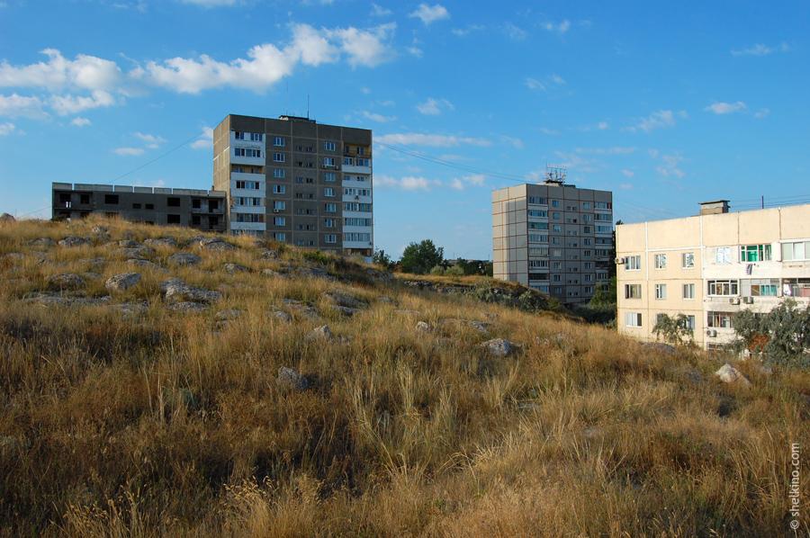 Щелкино. Слева направо - недостроенный корпус дома 57б, жилой корпус дома 57б, дом 57а, дом 55. Вид с северо-востока, со стороны домов 44а, 48в.