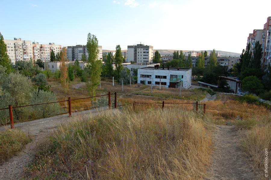Вид с холма, находящегося около домов 47 и 48а. Слева направо видны дома: 59 (двухкорпусный девятиэтажный дом), 54, 45, 41 (девятиэтажные свечки), 40 (5 этажей), 49 (двухкорпусный девятиэтажный). Двухэтажное здание посередине - городская администрация. Там же банки Аваль и Райфайзен.