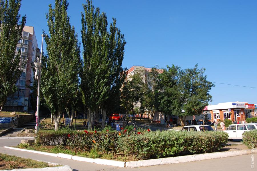 Щелкино. Слева направо дома: 59, 82а. Далее справа начинается щелкинский рынок. Вид с северо-востока, со стороны дома 19 и ДК Арабат.
