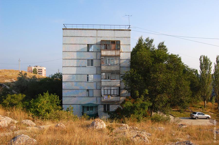Щелкино, дом 60. Вид с юга, со стороны дома 86. Вдалеке слева торчит дом 52.