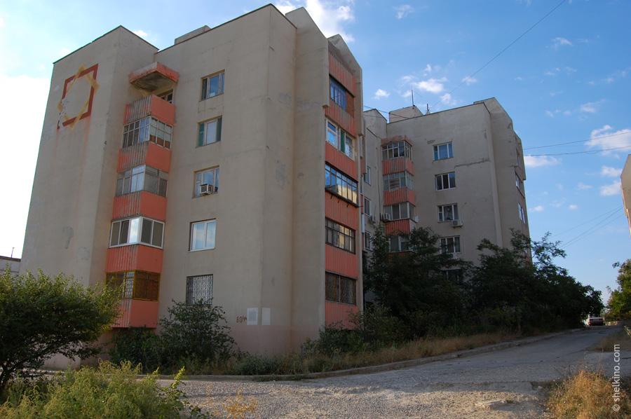 Щелкино. Дом 60/1а (ближний корпус) и 60/1б (дальний корпус). Вид с севера, со стороны домов 48б и 48в.