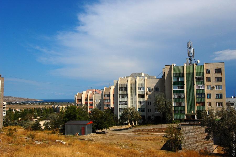 Щелкино. Вид с холма около дома 55. Слева направо дома 60/1а, 60/1б, 60/2а, 60/2б.