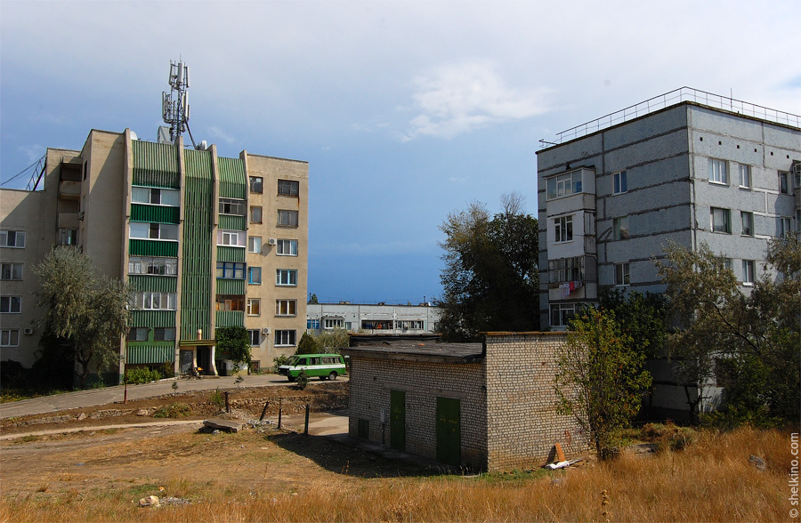 Щелкино. Вид со стороны дома 55. Слева направо, дом 60/2а, 60