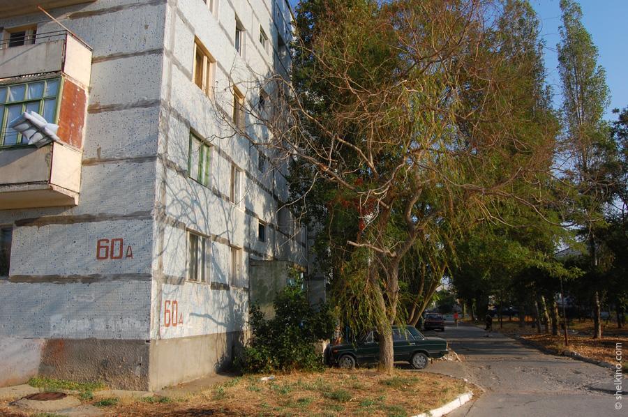 Щелкино. Двор дома 60а. Вид с юга, со стороны домов 86 и 60в.