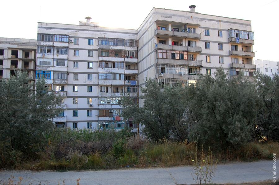 Щелкино. 2 жилых и один недостроенный корпус дома 60в. Вид с запада, со стороны дома 86.