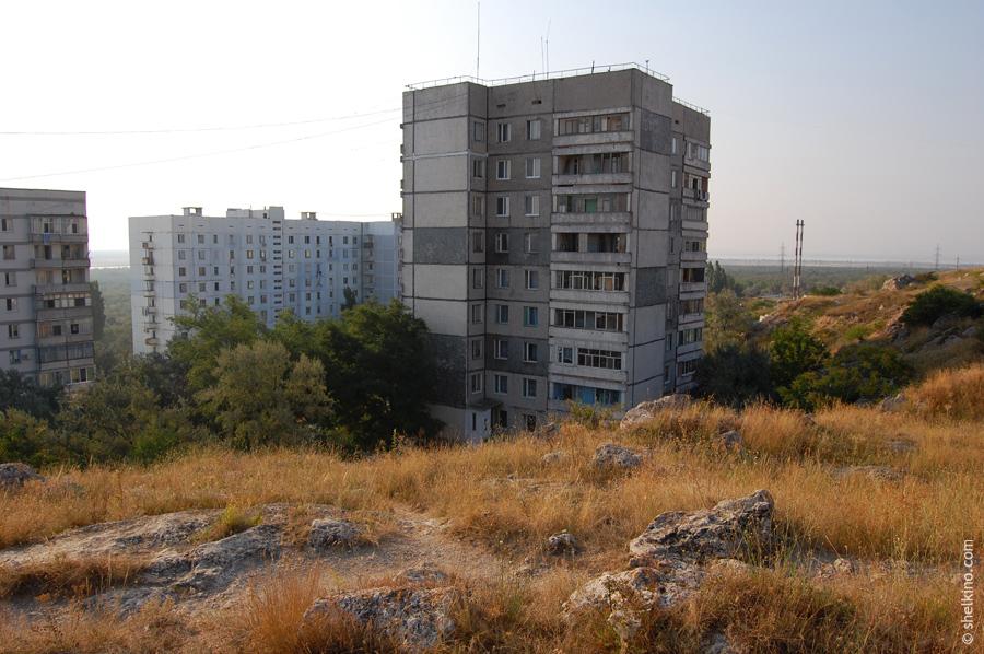Щелкино. Слева направо. Кусок дома 60в, дом 78б2, дом 86 (на переднем плане). Вид с запада, со стороны дома 57б.