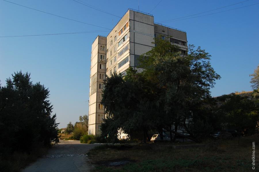 Щелкино. Двор дома 86. Вид с севера, со стороны дома 60а.