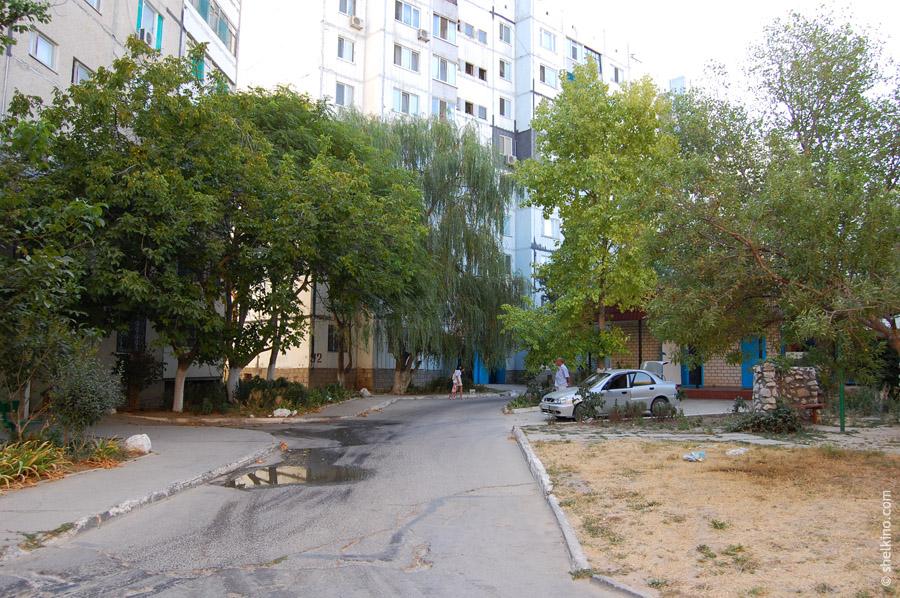 Щелкино. Двор около домов 86а (слева) и 92 (справа). Вид с запада, со стороны дороги, ведущей к автостанции Щелкино.