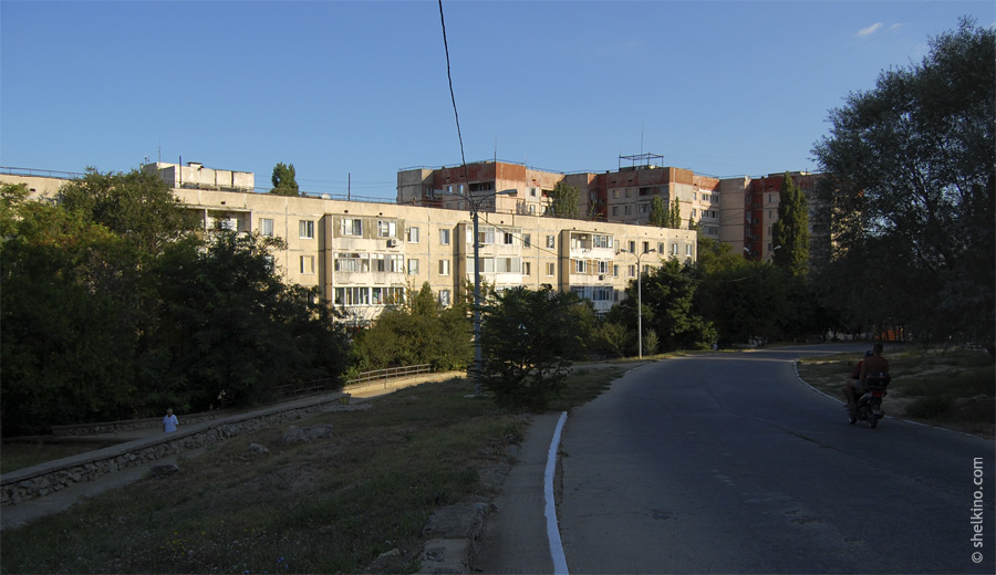 Щелкино. На переднем плане дом 88. За ним справа дома 82в, 82б, 82а. Вид с юга, с дороги около домов 42а и 42б.