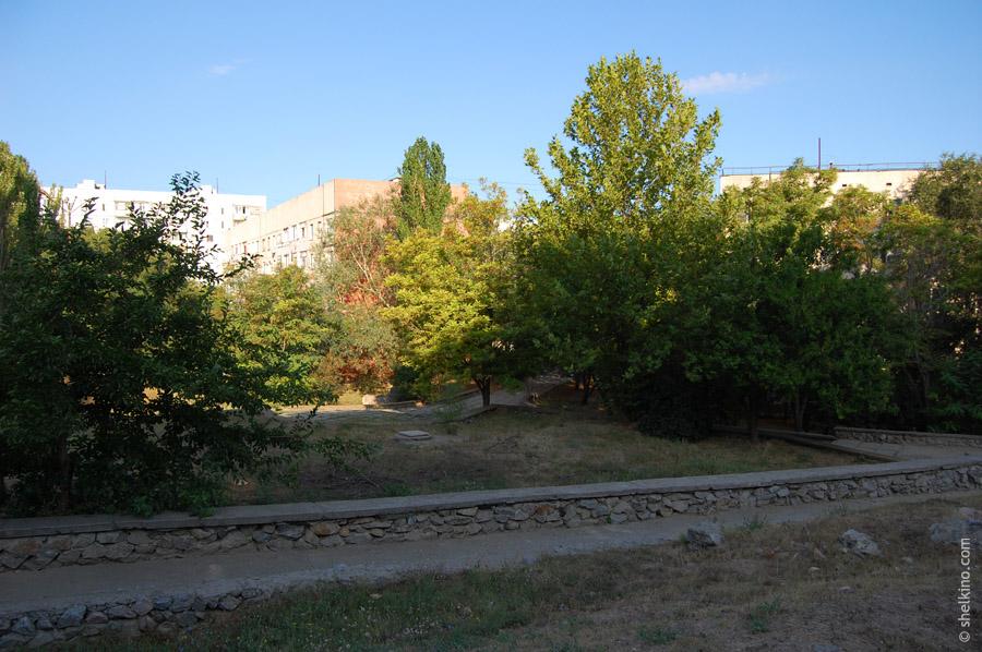 Щелкино. Посередине за деревьями дом 89, справа - часть дома 88. Вид с востока, с дороги около домов 42а и 42б.