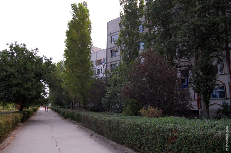 Щелкино, дом 97. Вид с запада, со стороны моря и дороги, ведущей к автостанции Щелкино.