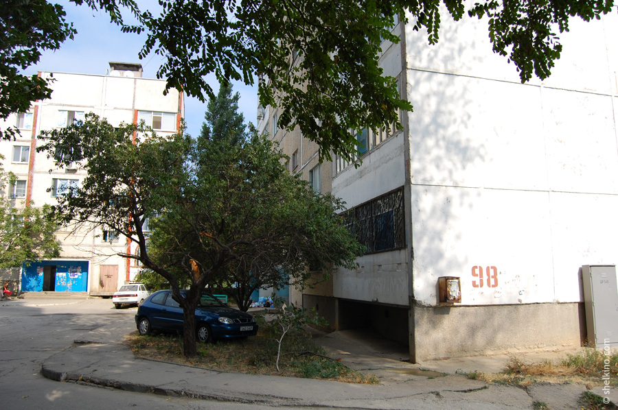 Щелкино. Двор дома 98. Вид с востока, со стороны дома 105. Слева - корпус дома 102.