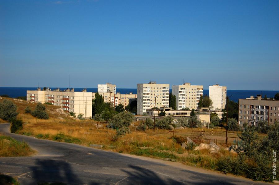 Щелкино. Слева направо дома - 99 (5-этажный, двухкорпусный), дома в кустах пропускаем, далее идут 9 этажные башни 105а, 105 и 98 (стоит боком). Потом, 5 этажный дом 93.